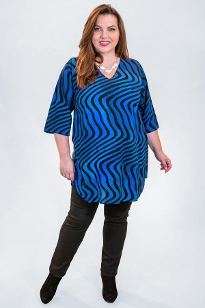 The model in this photo is wearing a striking long v neck tunic by Angel Circle in sizes 14-30 from Bakou. Pictured with Robell Elena skinny black jeans